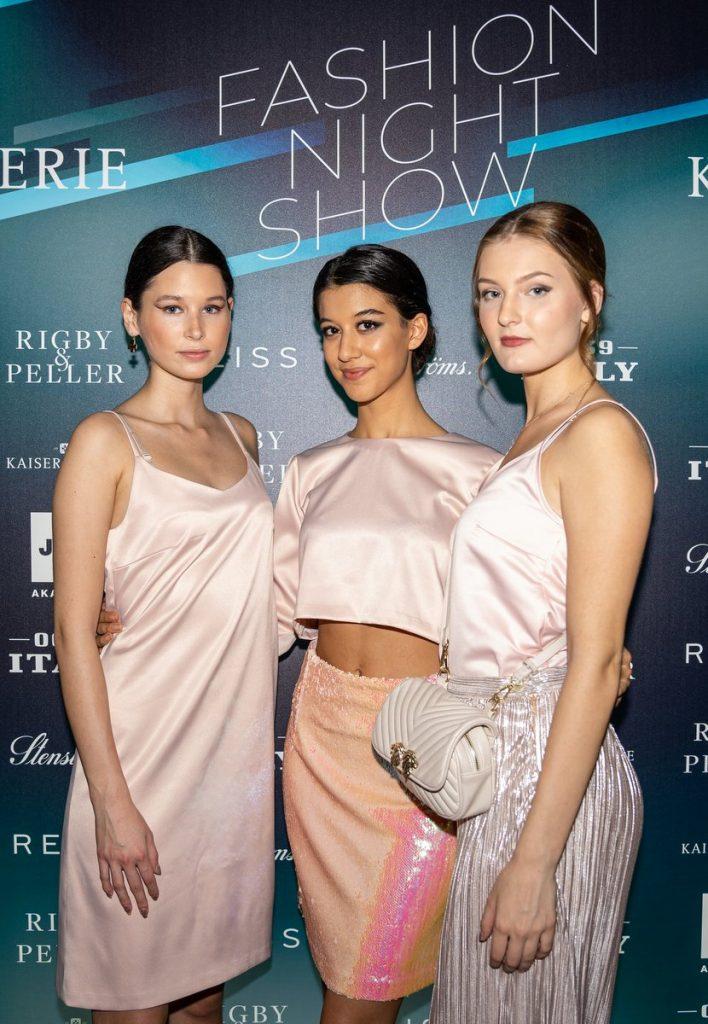 drei Modells im weißem Outfit