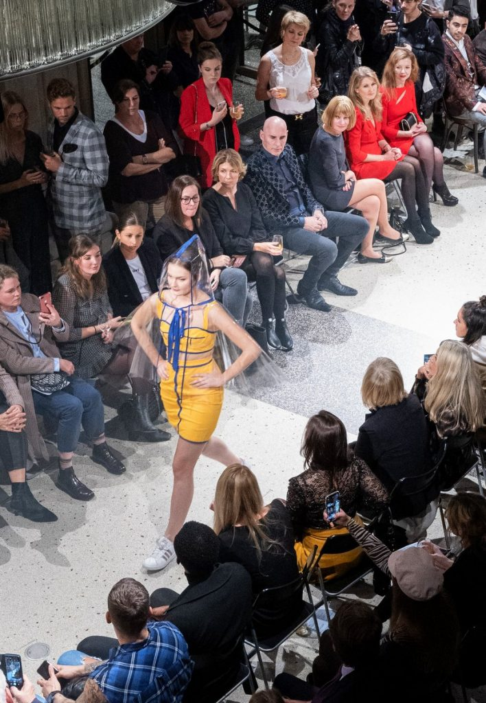 Fashion Show Modell im gelbenKleid