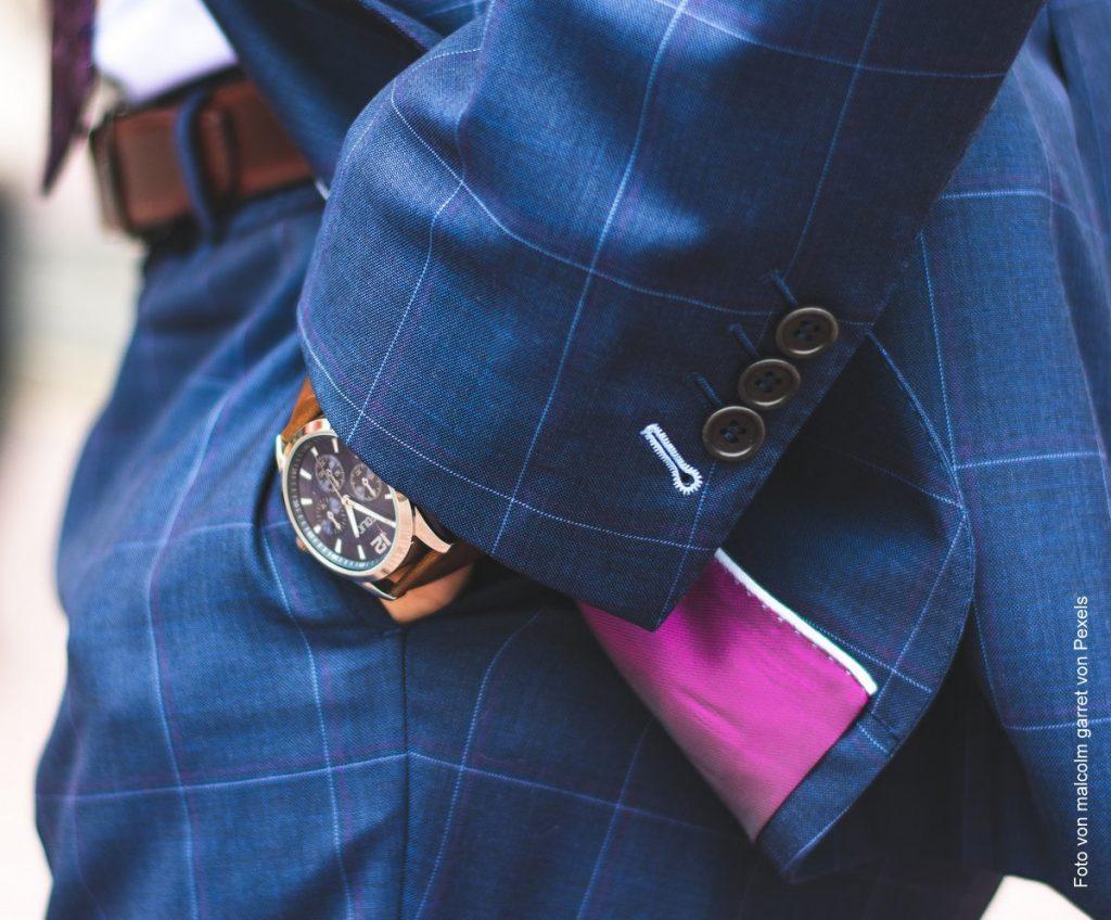 Mann mit Uhr, Anzug und Hände in den Hosentaschen hat einen guten CV verfasst