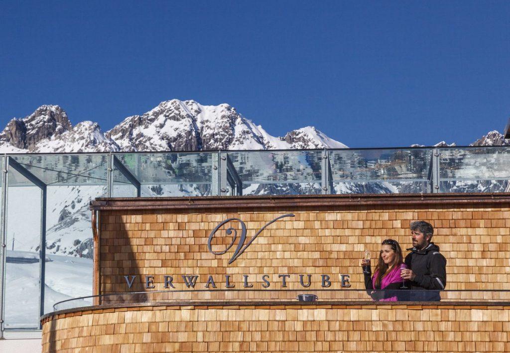 Verwallstube in St. Anton, Paar trink ein Glas Wein und genießt die Aussicht