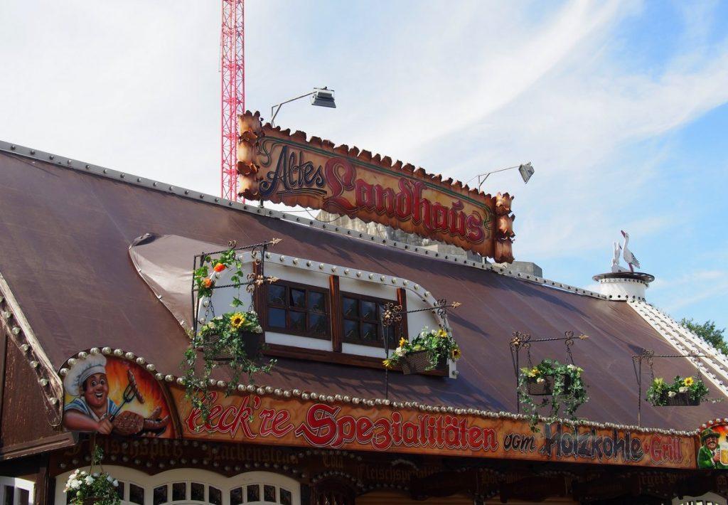 Altes Landhaus auf dem Jahrmarkt Hamburger Dom
