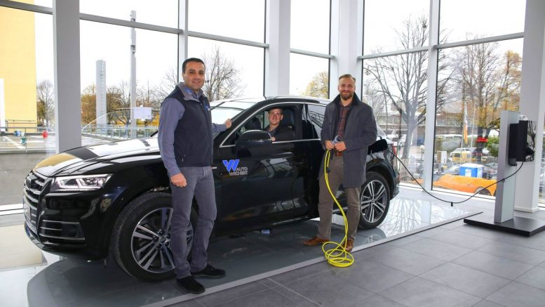 Drei Audi Kundenberater am e-tron