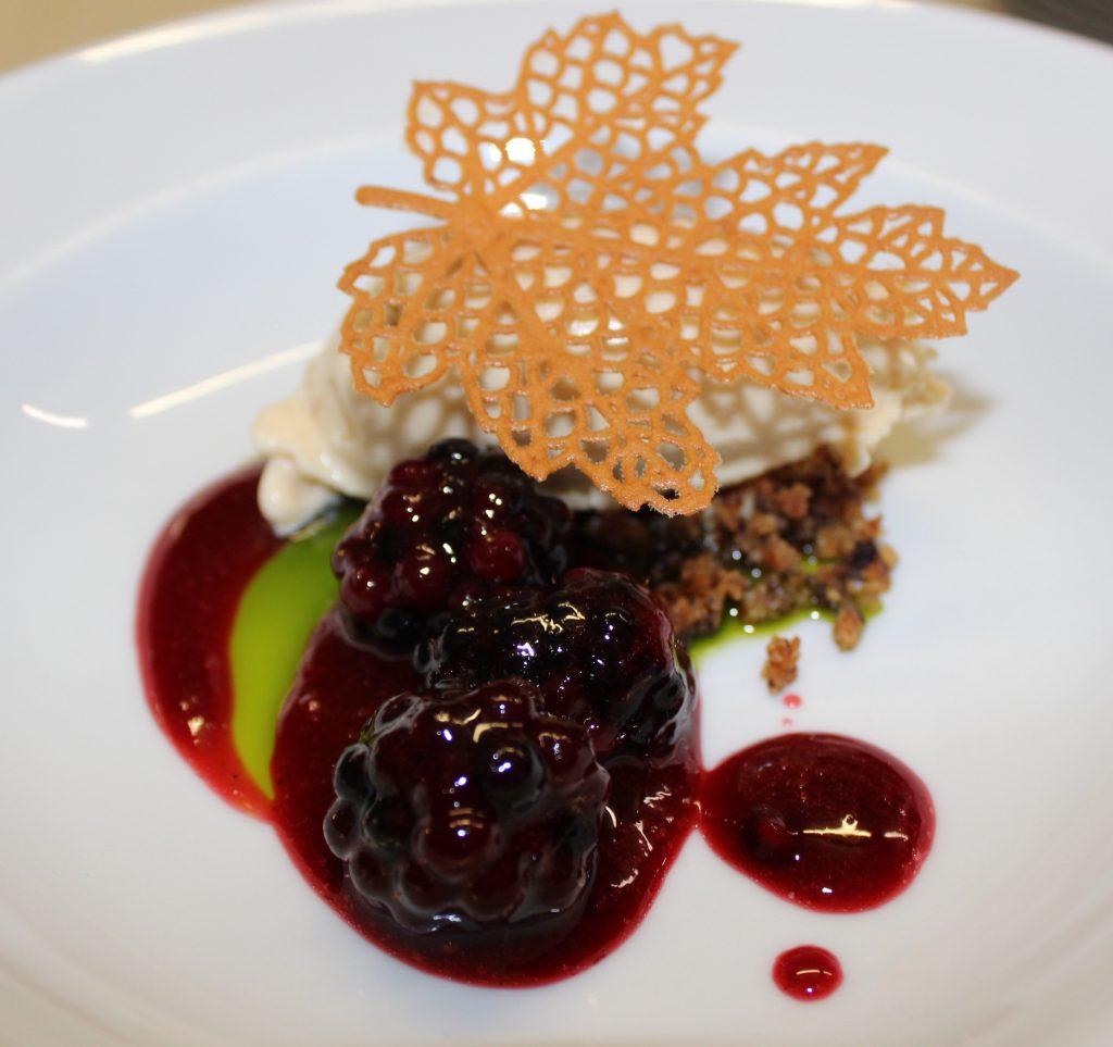 Dessert mit Pfifferlingen auf weißem Teller