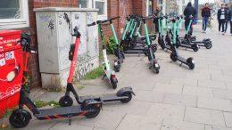 Ein Bürgersteig in Hamburg mit wild abgestellten E-Scootern