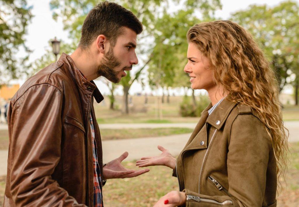 Ein streitendes Paar im Park
