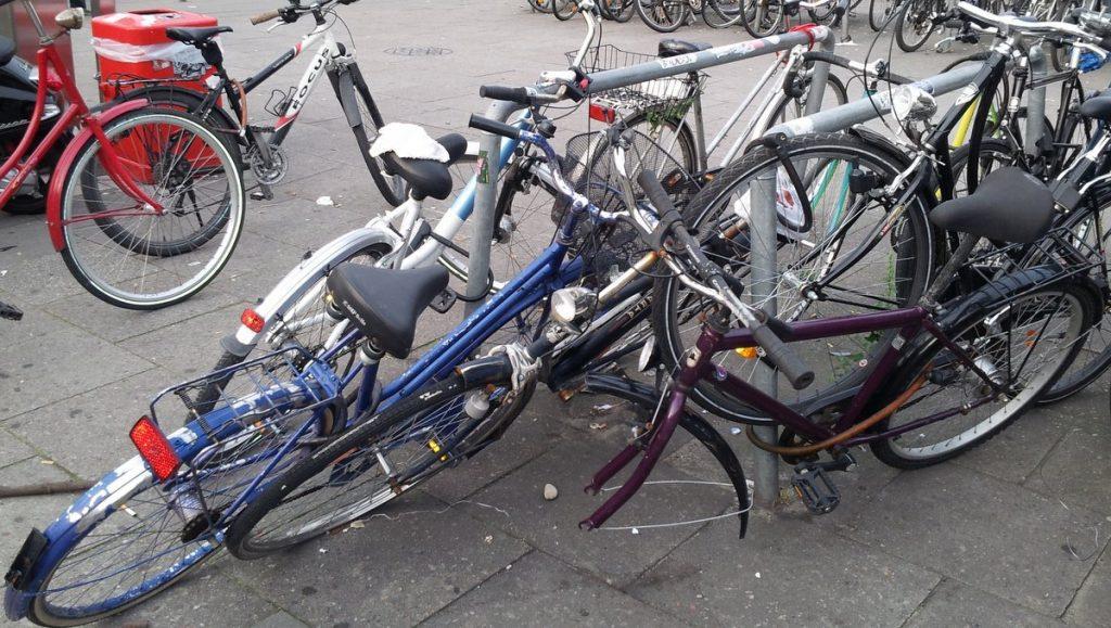 Schlecht abestellte Fahrräder und Schrotträder In Altona