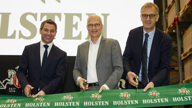 Sebastian Holtz (CEO Carlsberg Deutschland), Dr. Peter Tschentscher (Erster Bürgermeister Hamburg), Michael Hinrichs (Carlsberg Group) schneiden grünes Eröffnungsband durch