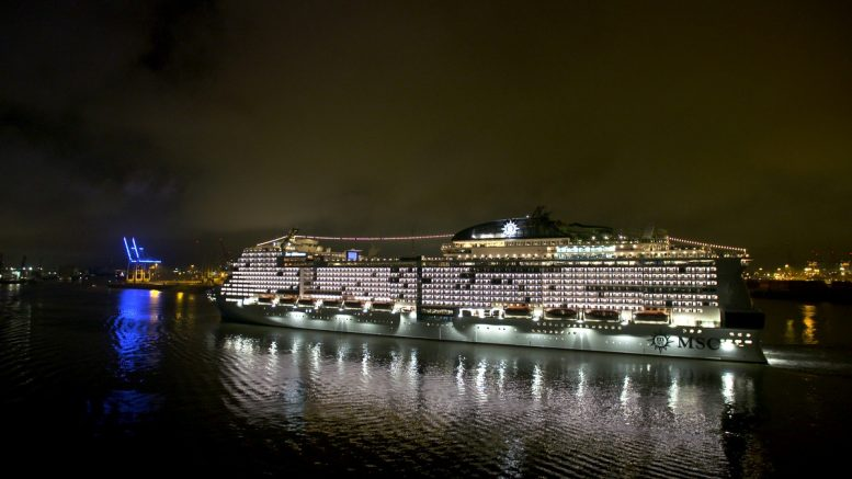 Das Kreuzfahrtschiff MSC Grandiosa auf der Elbe in Hamburg in der Nacht