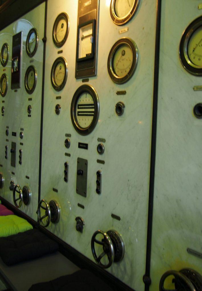 Wechsel des Stromanbieters:Schalttafel aus Marmor in einem historischen E-Werk