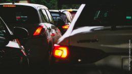 Autos im Stau bei Nacht