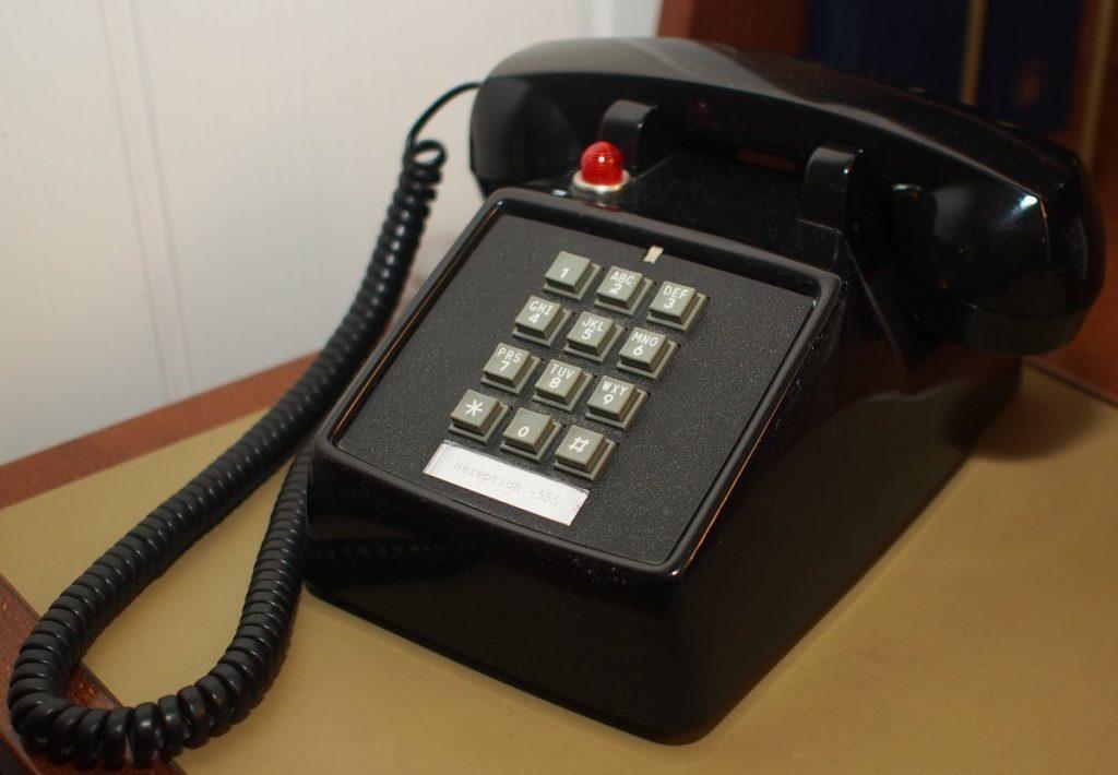 Ein schwarzes Tastentelefon