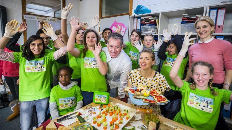 Gruppenfoto mit Schülern bei der Aktion Gesundes Pausenbrot von Kerrygold