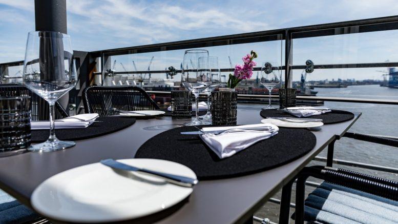 Blick auf die Ginn Terrasse am Hamburger Hafen