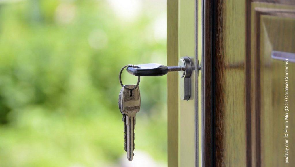 Fenster mit Schlüssel - Blick in den Garten