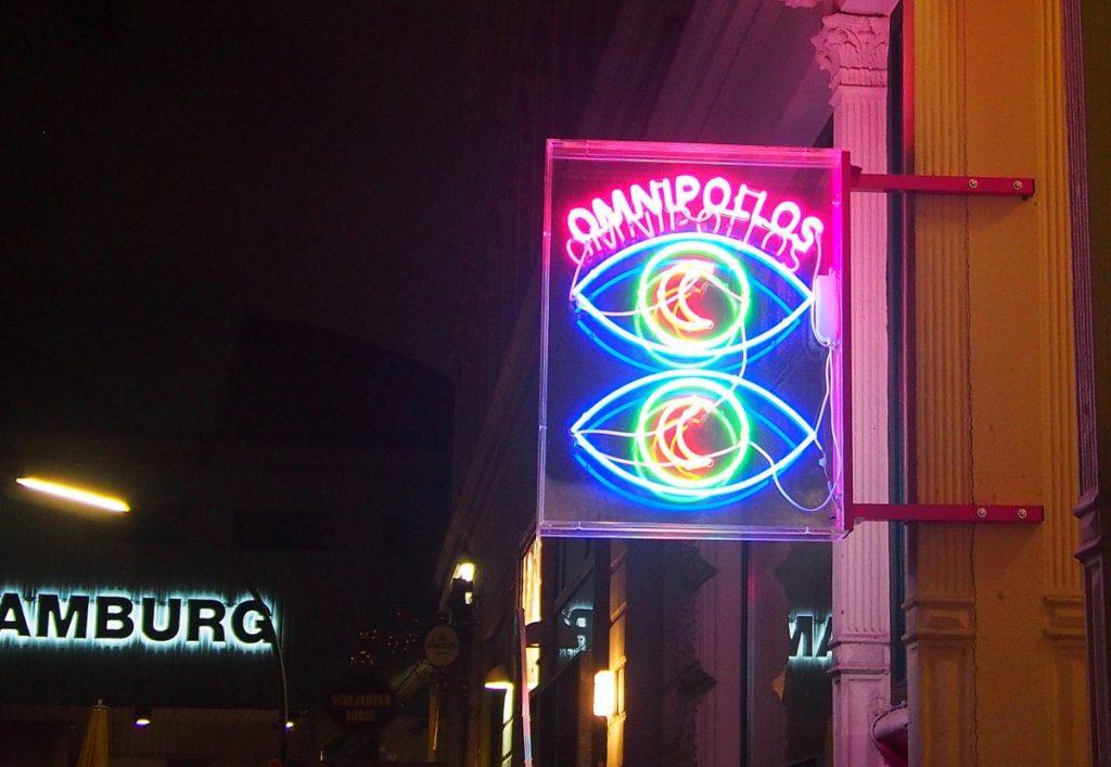 Lichtwerbung für die Omnipolos Bar
