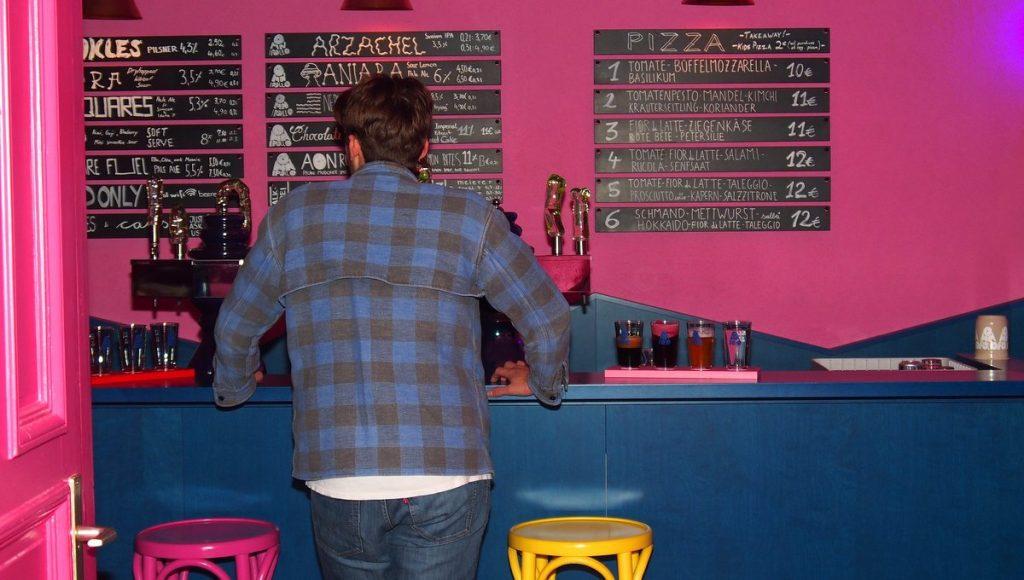 Tresen der Omnipollos Bar in Hamburg im Schanzenviertel