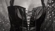 Frau in schwarzer Corsage