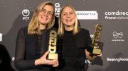 Preisverleihungsfoto: Jule Willing und Eva Neugebauer gewinnen den Digital Female Leader Award (