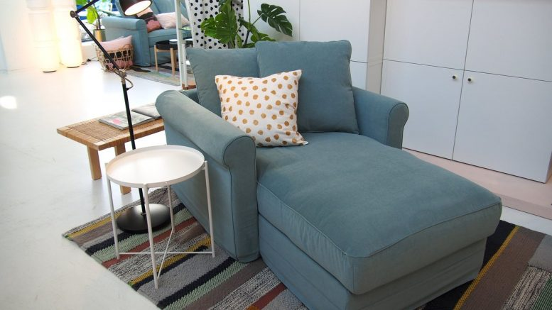 Blauer Sessel in einem Möbelhaus
