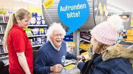Carlo von Tiedemann an der Supermarktkasse