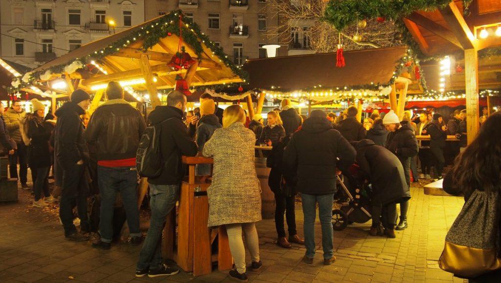 Glühweintrinker auf dem Weihnachtsmarkt in Hamburg