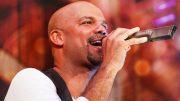 Der Sänger Volkan Baydar mit Mikrofon