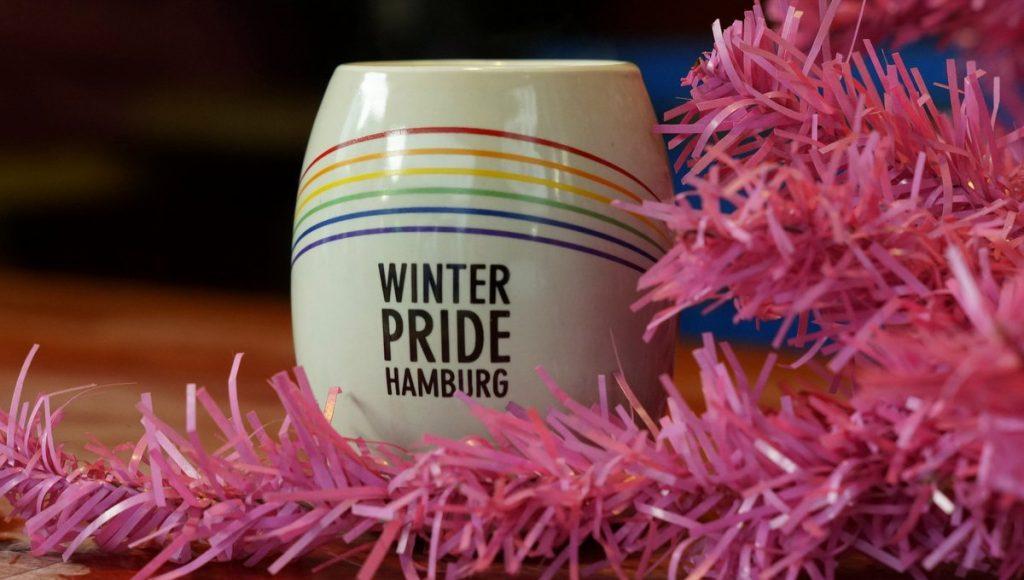 Ein Winter Pride Glühwein Becher