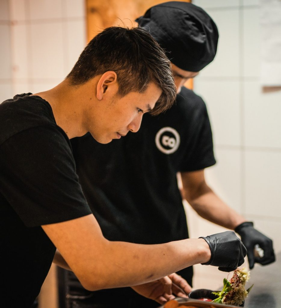 Ta Tien Hop in der Küche des TA Vegan House