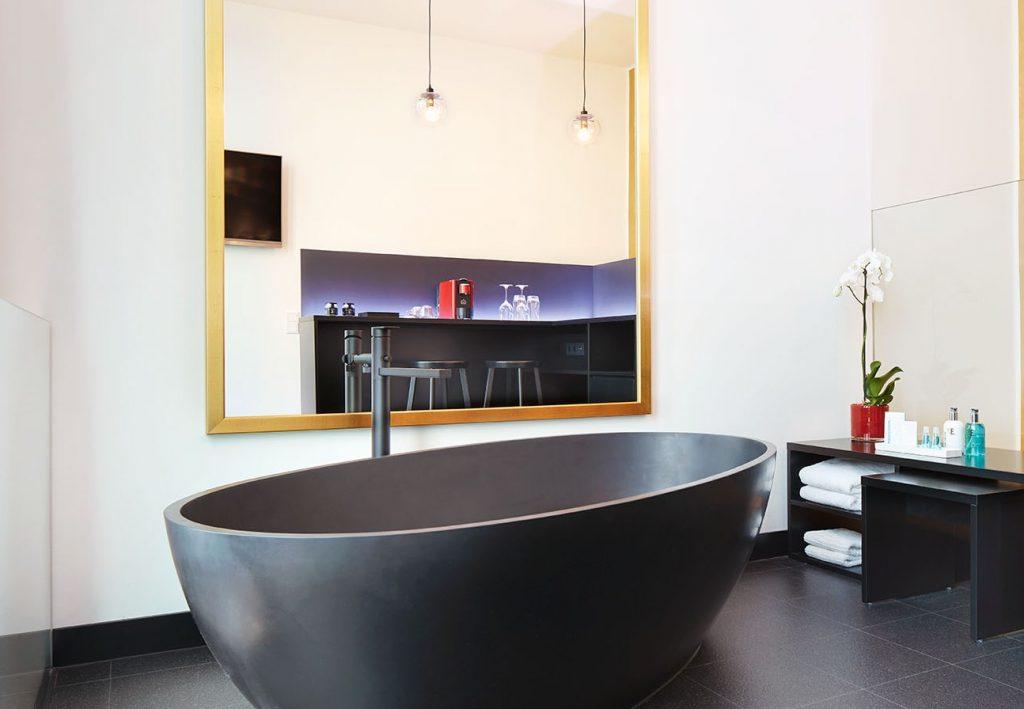 freistehende Badewanne in einem Hotelbad