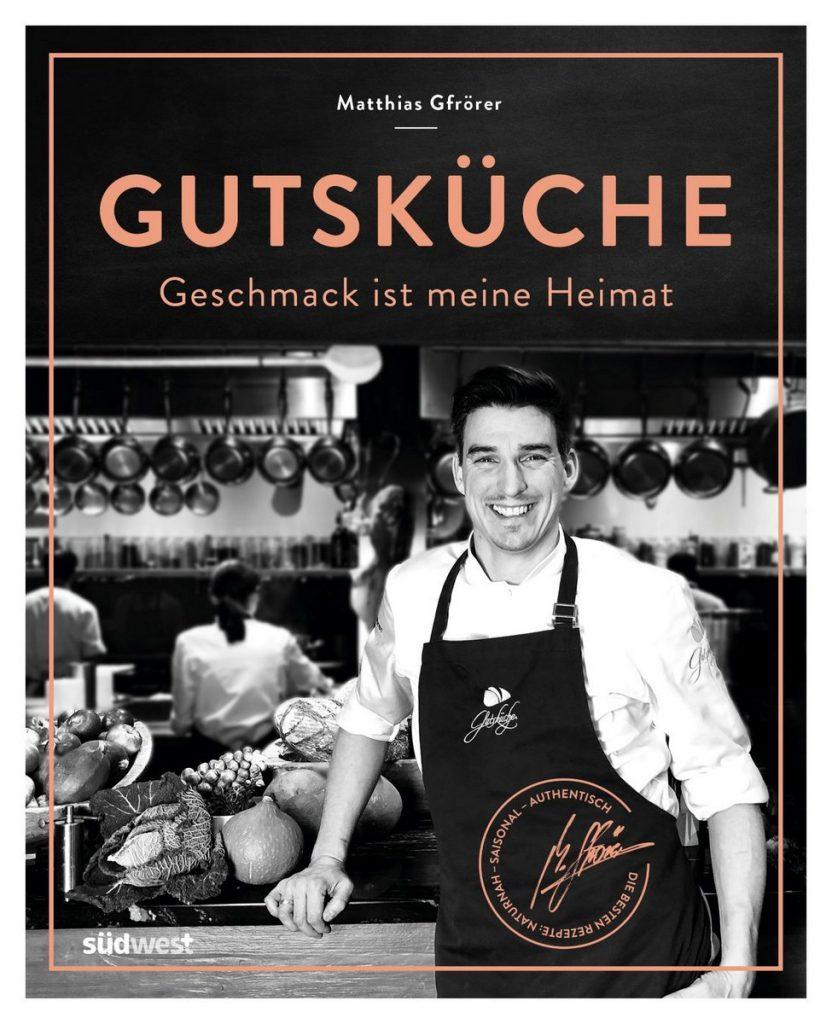 Der Koch Matthias Gfrör mit seinem Kochbuch