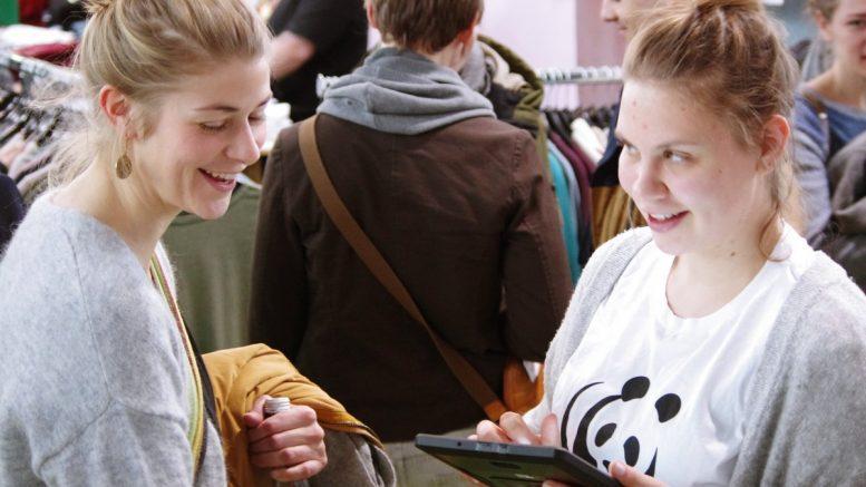 Zwei Frauen auf der nachhaltigen Verbrauchermesse Heldenmarkt