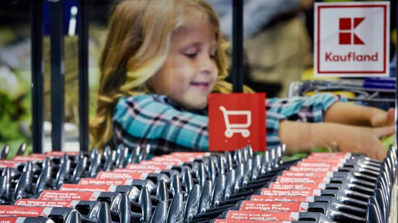 Kind mit Kauflandeinkaufswagen