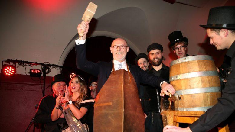 Senator Michael Westermann sticht den Hamburger Senatsbock 2020 an