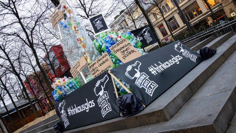 Guerilla Marketing Installation aus leeren Pet-Flaschen in Hamburg