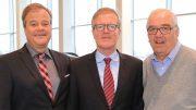 Der neue Wichert Geschäftsführer Bernd Lindemann mit den beiden Gesellschaftern von Auto Wichert