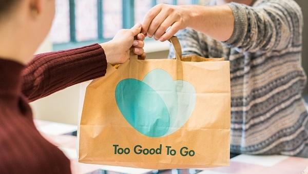 Eine Essenstüte von Too Good to Go