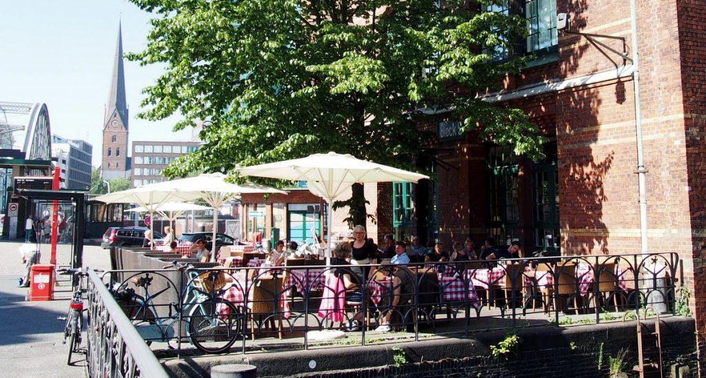 Bistro in der Hamburger Speicherstadt im Sommer