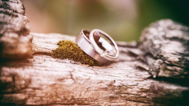 Diamantenringe auf einem Stein