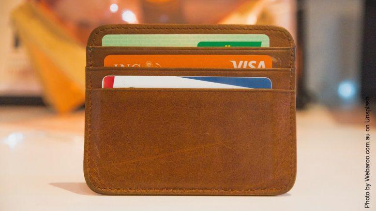 Kreditkarten im braunen Etui