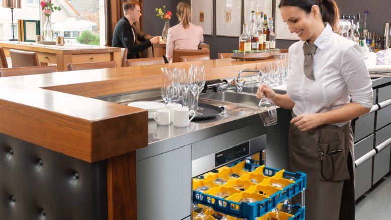 pülmaschine mit Frau in einer Bar