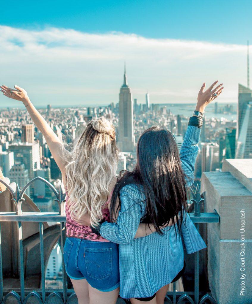 Blick auf New York von einer Aussichtsplattformen mit zwei jungen Frauen