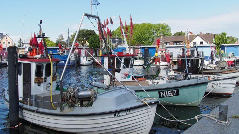 Kleine Fischerboote im Niendorfer Hafen in der Lübecker Bucht