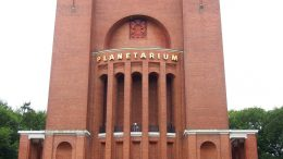 Das Planetarium aus Rotklinker gebaut