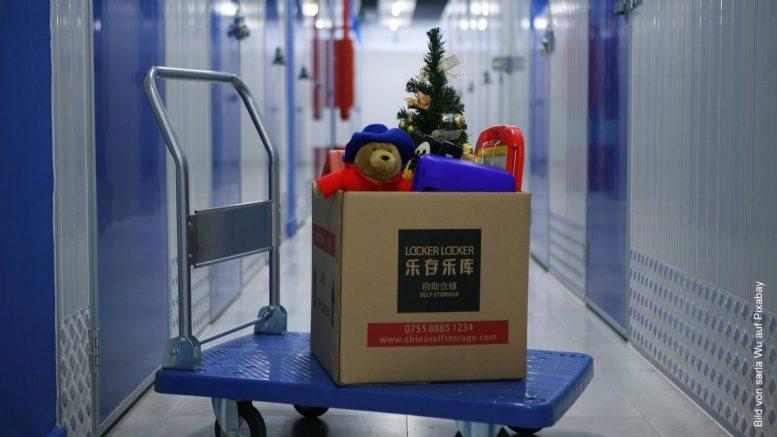 Rollwagen mit Karton in einem Self Storage Haus