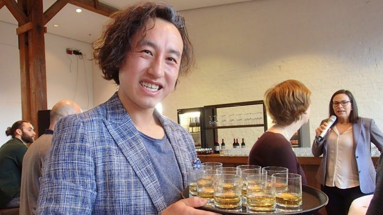 Zuo Kan aus Wien serviert Cocktails