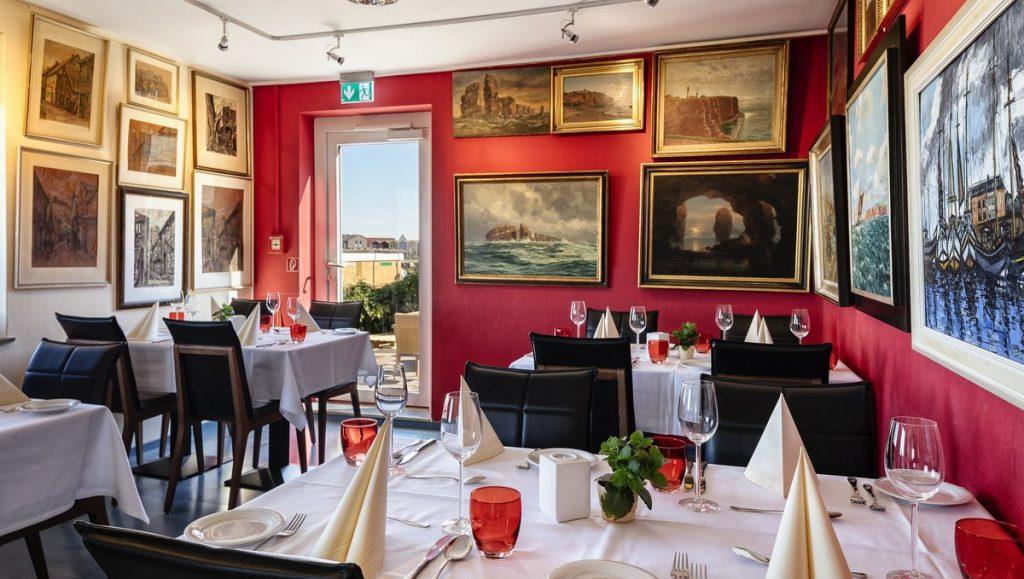 Speiseraum im Rickmers Insulaner Hotel Helgoland mit vielen Bildern
