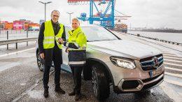 Matthias Kallis mit Angela Titzrath im Hamburger Hafen