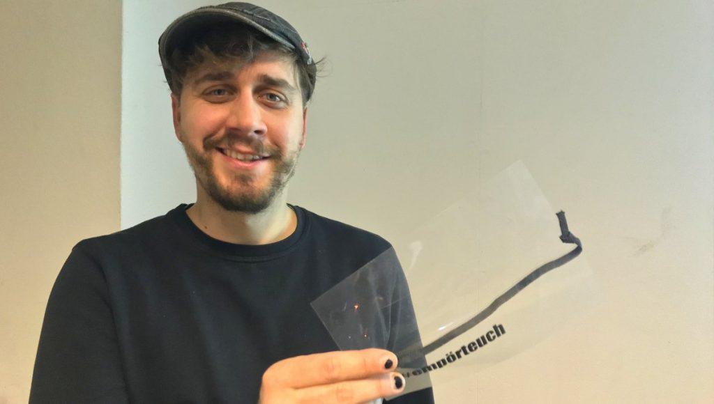 Der Aktivist Benjamin Ruß mit Folie in der Hand