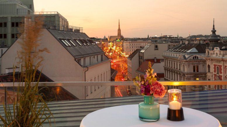 Die Dachterrasse vom Hotel DAS TRIEST in Wien mit Blick auf den Stephansdom