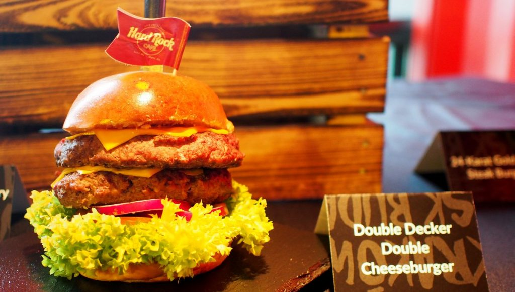 Im Hard Rock Cafe: Double Decker Double Cheeseburger